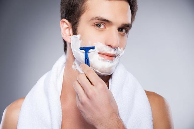 刮胡子要选对时间,刮太干净会带来伤害