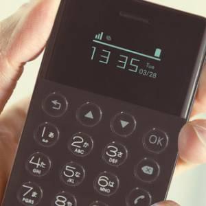 """""""一机还有一机小""""  世界最小安卓手机可收在钱包!"""
