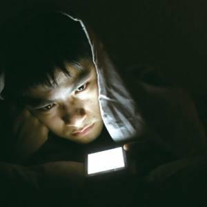 视力神偷!黑暗中看发光屏幕易患青光眼