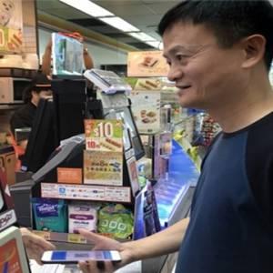 香港巧遇马云用支付宝买报纸  网友最好奇的是?