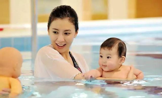 带宝宝到泳池玩时,妈妈们应该注意这些!