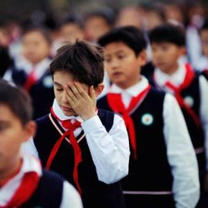 """校园""""天网""""惹争议!中国""""智能校服""""全天候监控学生"""
