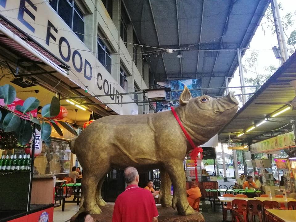 别怀疑,这是马来西亚!美食中心有大金猪来贺喜