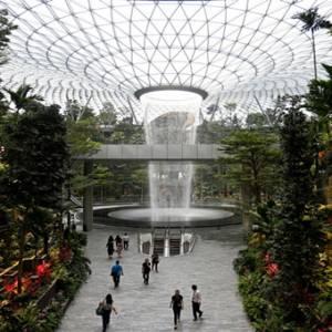 """新加坡""""星耀樟宜""""开幕啦!  全球最高室内瀑布就在这里!"""