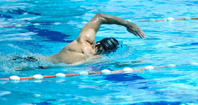 游泳后耳朵湿湿,可以直接用棉花棒挖吗?