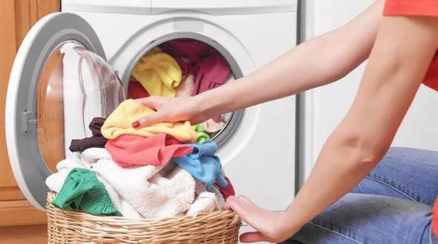 内裤可以和袜子、外衣一起放在洗衣机洗吗?