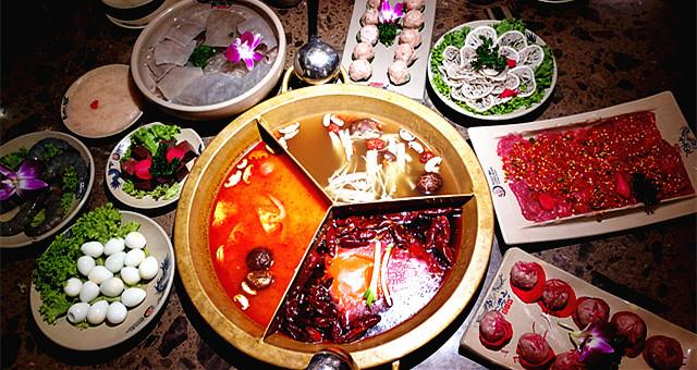 走入著名的四川风味火锅店 '小龙坎 ' 尝鲜去!