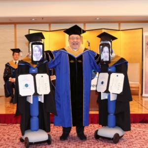 日本BBT大学使用机器人进行虚拟毕业典礼。。有点像。。