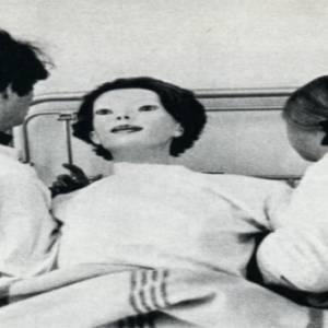 长着木偶脸的女人咬着死猫,在医院内进行大屠杀…