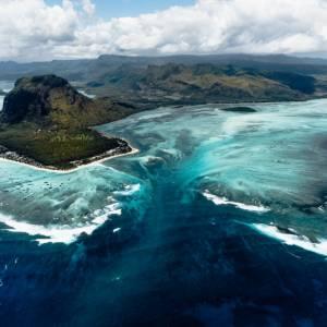 毛里求斯岛壮观的海底瀑布