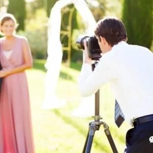 新郎不让婚礼摄影师吃饭,她删光所有照片直接走人,网友为此吵翻!