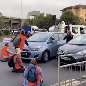 英国环保人士屡屡堵高速,司机们勃然大怒:再不走开我真的会碾过去!!