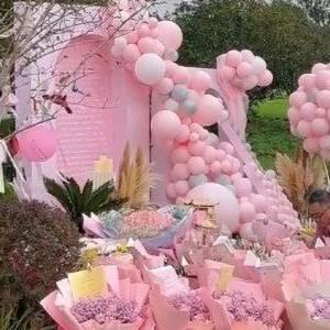 乔任梁父母纪念儿子34岁冥诞,现身墓地放气球,粉丝送来悼念花束