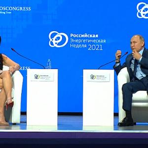 普京受访时疑逃避问题     俄媒:这是因为女主播搔头弄姿