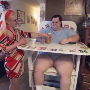 35岁巨婴窝家啃老,喝奶粉穿尿布,一不高兴就哭着喊妈妈