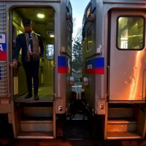 可怕!费城女子火车上被性侵,乘客们全程无动于衷,还拿手机录像?!