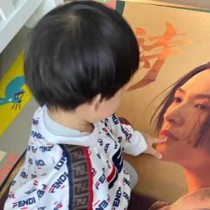 章子怡罕见晒儿子,1岁小娃脸颊肉乎模样可爱,穿一身名牌很高调