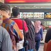 Beratur Beli KFC Pun Kena Kecam, Teruknya Mentaliti Orang Kita