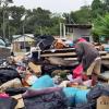 Gelandangan Selongkar Timbunan Sampah Cari Topeng Takut Disaman