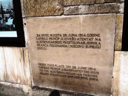 Batu peringatan dihadapan Muzium