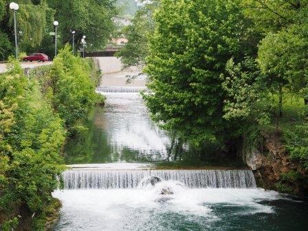 Sungai yang mengalir ke air terjun