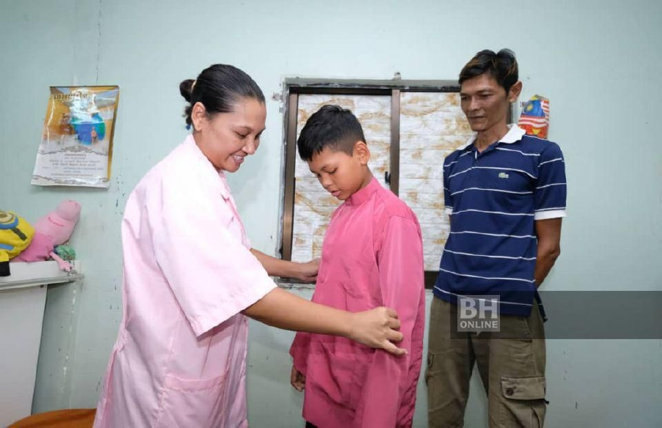WANDEE Sandeesa bersama suaminya, Lim Hun Kheng membantu anak mereka Mohammad Firdaus Hong Abdullah  ...