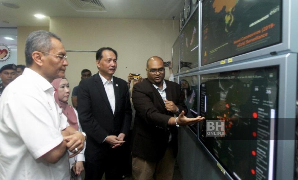 Menteri Kesihatan, Datuk Seri Dr Dzulkefly Ahmad mendengar penerangan Ketua Penolong Pengarah Kanan, ...