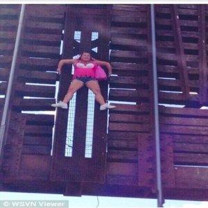 Wanita Tersangkut Atas Jambatan Setinggi 20 Kaki