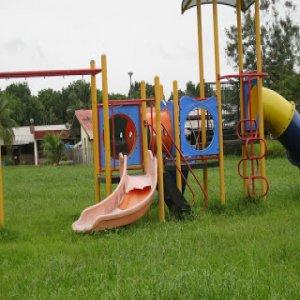 Budak dua tahun patah tangan bermain kemudahan taman yang rosak
