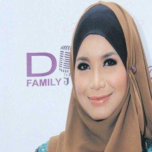 Rossa Mempraktikkan Pemakaian Hijab