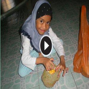 Cara-cara Membelah Buka Buah Durian Yang Aneh!