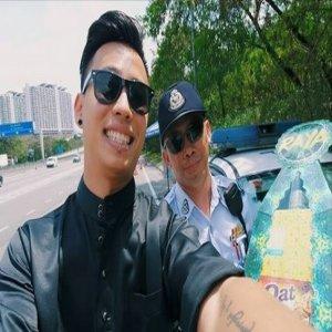 Gambar Lelaki Hargai Jasa Polis Bekerja Di Hari Raya Jadi Viral