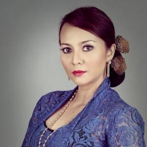"Wartawan Pondan Bodoh - Emelda Rosemila 'Basuh"" Wartawan Tabur Fitnah"