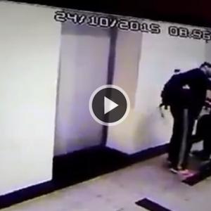 Abang Sado 'Comolot', Hancurkan Pintu Lif Dikeji Netizen