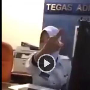 """Dipanggil """"Stupid"""", Anggota Trafik Hilang Sabar Terus Naik Angin"""