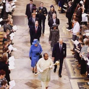 Berjalan Megah Lelaki Ini Dengan Baju Melayu Iring Ratu Elizabeth