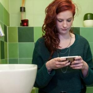 Maut Dijangkiti Bakteria, Elak Guna Telefon Pintar Dalam Tandas
