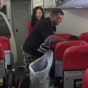 Bukan 'Propa' Punya, Netizen Teruja CEO Air Asia Kemas Kapal Terbang!