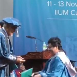 Netizen Pecah Perut Graduan Gugup Sampai Topi Mortar Jatuh, Tertinggal Skrol
