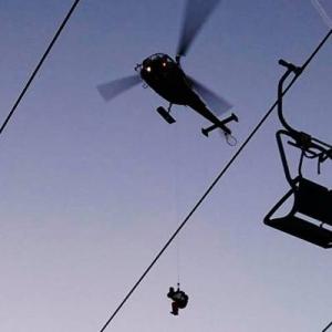 Ngeri, 150 Pemain Ski Tergantung Di Udara