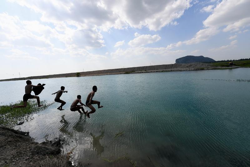 Sungai Dan Tasik Bertukar Jadi Biru? Apa Dah Jadi Malaysia?