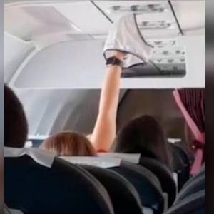 Selamba Sidai Seluar Dalam Dalam Pesawat