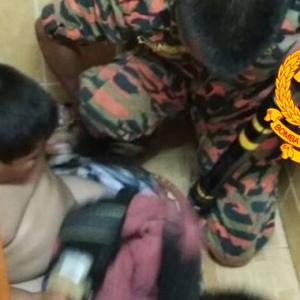 Budak Tergelincir, Kaki Tersepit Dalam Lubang Tandas