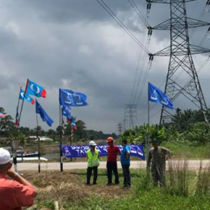 4 Terpelanting Direnjat Elektrik Ketika Gantung Bendera Politik
