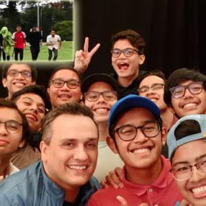 """""""Pengarah Avengers Buat Kejutan Jumpa Pelajar Malaysia, Indonesia Ada?"""" - Netizen"""
