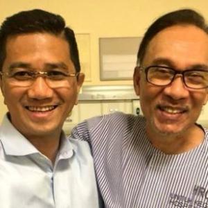 Azmin 'Meraikan Kemenangan Rakyat' Dengan Anwar Di Hospital