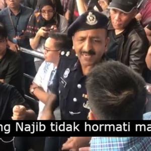"""""""Ini Mahkamah Bukan Karaoke"""" - Penyokong Bekas PM Kena 'Sekolah' Dengan Abang Polis"""