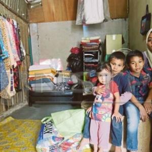 Nak Kencing Kena Tumpang Kedai- Enam Beranak Merempat Di Kelantan, Duduk Dalam Stor Sempit