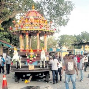 Kawasan Kuil Dikawal Ketat Oleh 100 Anggota Polis Dan FRU