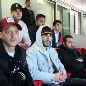 Ozil, Beckham Dan TMJ Duduk Sebaris Layan Bola